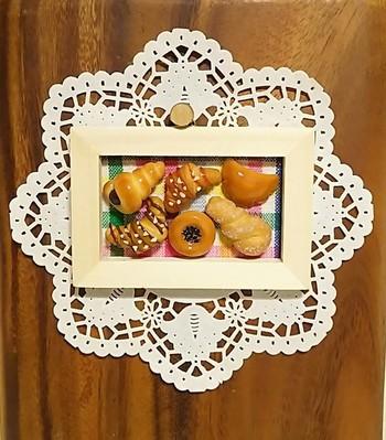 パン屋さんの商品棚みたいですが全部ミニチュア。 クロワッサンからドーナツまで! 思わず手を伸ばしかけてしまうほどリアルな仕上がりです。