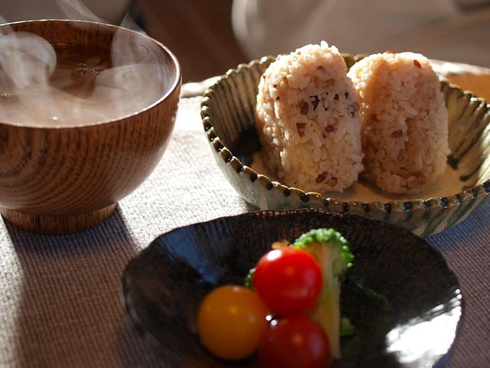 おにぎりを食べながら洋風サラダなどを食べる時もありますよね♪別々に食べてもおいしいなら、おにぎりに入れてもおいしいはず。