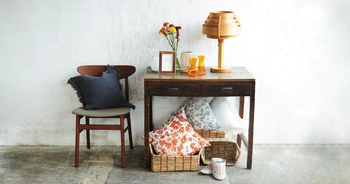 壁や床もペンキが剥がれていて、味のある雰囲気が出ています。アンティークの家具と花柄のファブリックは、フレンチシャビーを彷彿とさせる印象を持ったアイテムです。