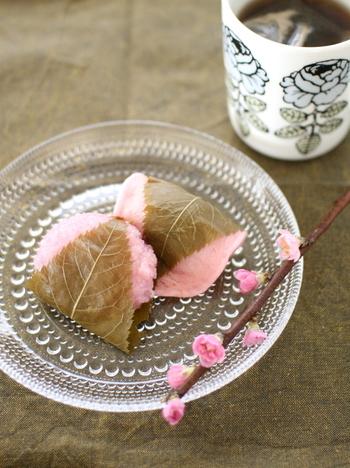 桜もちをのせたプレートに桃の枝をそっと添えるだけ。手の込んだ料理を用意するのは大変という方は、ぜひ試してみては?これだけでも気持ちが豊かになります。