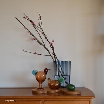 さりげないインテリアでも十分ひな祭り気分は味わえます。桃の枝をアールトベースに活けるなんて素敵なスタイリング。