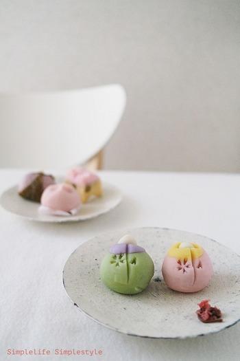 春を感じる淡い色使いの和菓子には、素朴な無地の器を合わせて。アイボリーのテーブルクロスも相まって、ほっこり優しい和菓子が際立ちます。