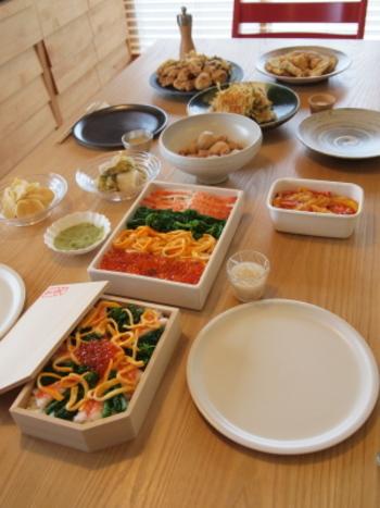 こちらは友人を招いてのパーティー。上質な大皿や器があれば、それを並べるだけで様になりますね。美しいちらし寿司は、真っ白の四角い器と曲げわっぱ重に。