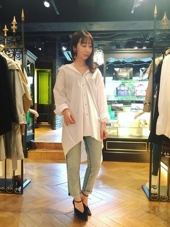 ステッチが特徴的なデニムは、シンプルな白シャツに映えます。 力の抜けた大人の着こなし。