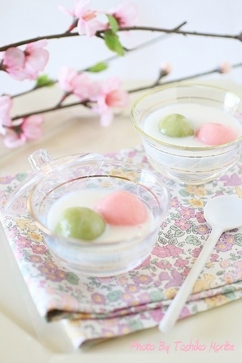 淡いピンクとグリーンの白玉が春らしい、あたたかい杏仁しるこ。ひな祭りのデザートにぴったりですね。
