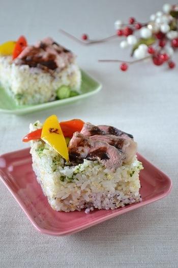 ローストビーフをのせた、大人ひな祭りの重ね寿司。キレイなひし形を作るには、牛乳パックを使うのがポイントです!