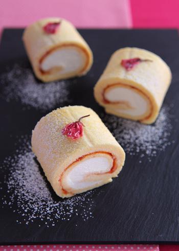 チェリージャムと桜リキュールを使って2層に仕上げたミニロール。ふわふわしっとり、桜の香りが口の中に広がります。