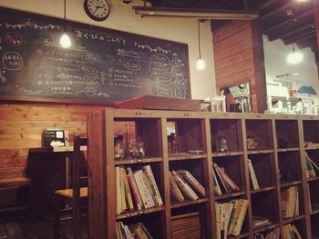 店内は、テーマ通りに古い木造校舎の教室風。レトロで、心懐かしい雰囲気です。