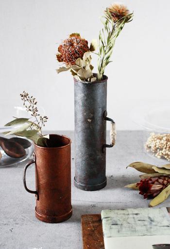アイアン(鉄製)の花器などの雑貨、ワイヤーの籠などもシャビーなお部屋には欠かせないアイテムです。