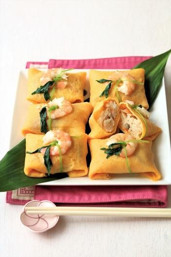 繊細で上品な「ふくさ寿司」もひな祭りによく合いますね。出来上がりを三つ葉で結び、半分に切ったエビをのせるとさらに美しく見栄えのよい仕上がりに。