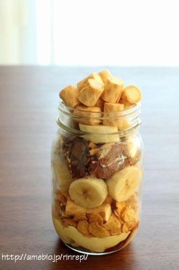 チョコレートとバナナ、相性抜群の組み合わせですね。市販のお菓子も利用して、ちょっとボリューミーなジャースイーツに。