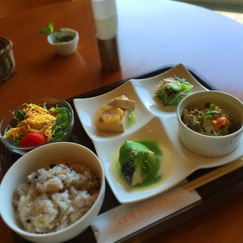 特に評判の高いのは、日替わりの4品プレートに、ミニサラダや16穀米ご飯がセットになった『日替わりランチ』。安くてボリューミー、身体にも優しい味わいと大好評です。