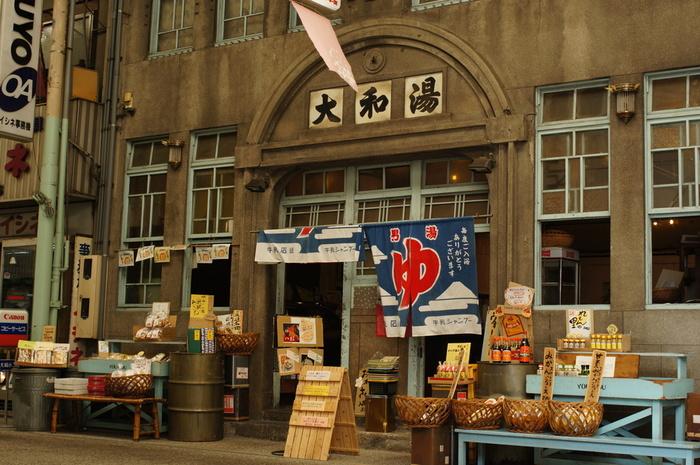 「ゆーゆー」は、100年近く続いた銭湯を改装したカフェ。地元に密着した店舗です。店頭と店内では地元の特産品も種類豊富に並べられていますので、お土産探しにもグッド。