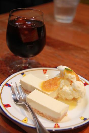 しぼりたてのフレッシュジュースやいちじくヨーグルト等、地元特産のフルーツを使ったメニューが人気。 【画像は「甘夏のチーズケーキセット」】