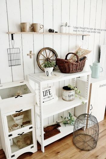 自分だけのお部屋を持っている方も、ご家族と共有されている方も、もし空きスペースがあれば、自分の好きなモノに囲まれた一角を持ってみるのもいいかもしれません。シャビーな雑貨や家具に囲まれて。