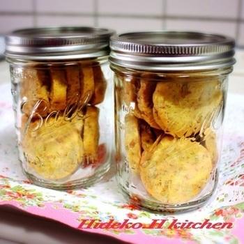 手作りクッキーをメイソンジャーに詰めて贈るのもオシャレですね。ちょっと高級感も生まれます。