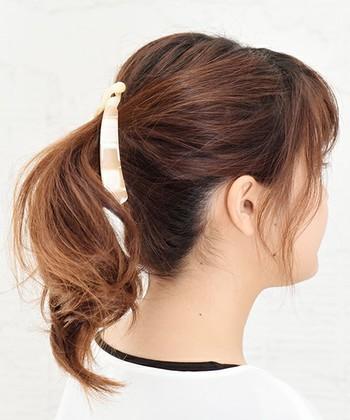 サイドの髪の毛を少し残して束ねると、小顔効果が期待できます。
