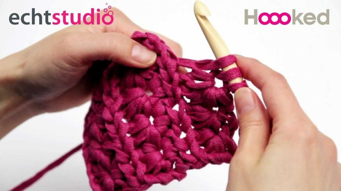 編み方は一般的な編み物と同じです。ただし糸が太いので、針は10mm~12mmのジャンボサイズを用意してください。