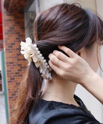 サイドの髪をねじって後ろの髪と一緒にポニーテールにしてバナナクリップで留めただけ。