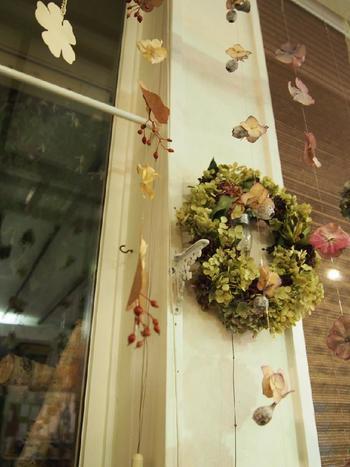 アジサイの花や木の実、葉っぱなどをランダムに。