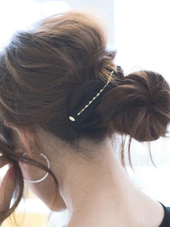お団子ヘアの毛先を押さえるのにも使えます♪ おしゃれと機能性、両方が叶うヘアアクセサリーですね。