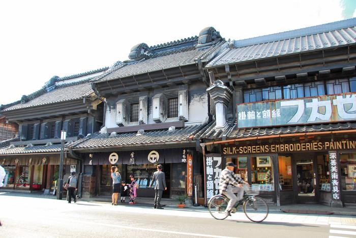 川越市の有形文化財にも指定されている、趣のある蔵造りの町並み。一度見たら忘れない、インパクト大の「フカゼン」は、明治28年に建造され今では美術表具店を営んでいます。