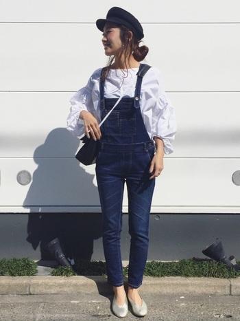 パンツでもスカートでも合わせやすい「袖コンシャス」ですが、同じトレンドアイテムのサロペットと合わせることで、袖の部分がより強調されてバランスがとってもよく見えますよ♪