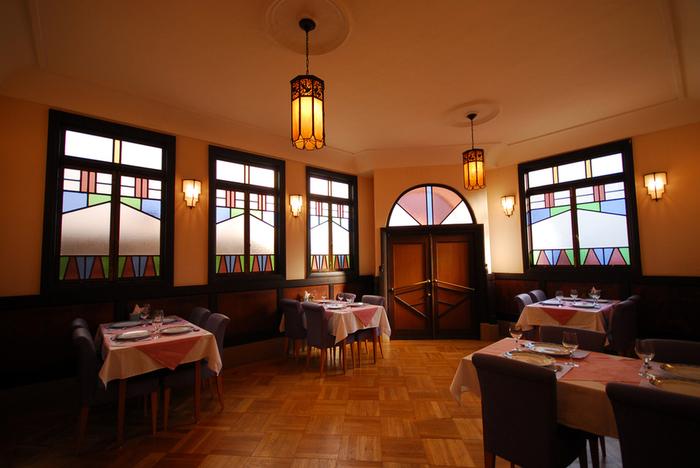 モダン亭 太陽軒  淡いピンク色の壁が古きよき大正レトロの雰囲気をかもしだすこの建物は、昭和4年建造の「太陽軒」。国の登録有形文化財に指定されています。ステンドグラスからもれる光をあびながら、お食事を楽しめます。