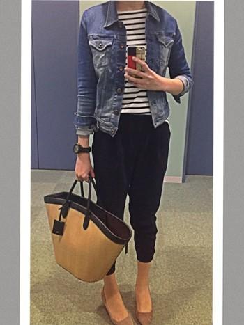 デニムジャケットは、さすがのかっこよさ。さらりと羽織るだけでサマになります。 タイトなシルエットで女性らしい雰囲気。