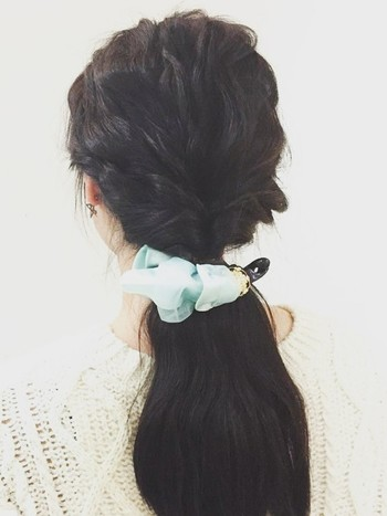 トップをウエーブ巻きにしておきサイドをねじりながら襟足の髪と一緒にバナナクリップで一つにまとめます。 やりにくい場合は一度サイドの髪をねじった後にゴムで結んでからバナナクリップで挟んでもOK。