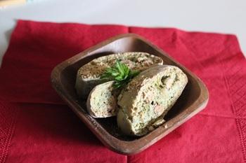 よもぎの香りを活かすためにバターは不使用、代わりに黒糖を練り込んであります。ダッジオーブンでも作れるので、アウトドアの季節に覚えておきたいレシピです。