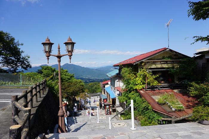 伊香保温泉の温泉街は、石段の左右に旅館・ホテル・土産品店・飲食店が建ち並び、温泉の香りがあたりに立ち込めるなか独特な雰囲気をかもし出しています。入浴客があたりを散策するときに鳴る下駄の音がなんとも情緒的。