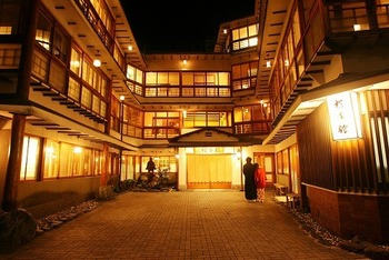 「横手館」は、伊香保温泉で最も歴史ある宿で、江戸時代に創業、本館の建物は大正時代に建設されたそうです。雰囲気抜群で温泉の湯質も柔らかくゆったりくつろぐことができます。