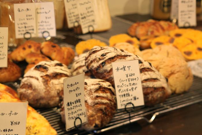 パンの種類は、デニッシュ系や食事系、メロンパンから調理パンまで実に豊富。どれも美味しいのは、生地の良さ。穀物の甘味や風味を味わえるパンです。