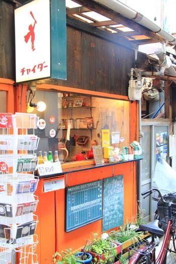 """「チャイサロンドラゴン」は、""""尾道チャイダー""""で知られるカフェ&バー。商店街の中ではありませんが、尾道本通りから路地を海方向に入ってすぐ。看板が目印です。(駅から歩いて5分程。「パン屋航路」よりも駅側にあります。詳細は以下のリンク先へ)"""