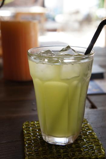 """""""尾道チャイダー""""は、緑茶とサイダーをブレンドした、尾道のローカルドリンク。チャイサロンドラゴンのオリジナルです。"""