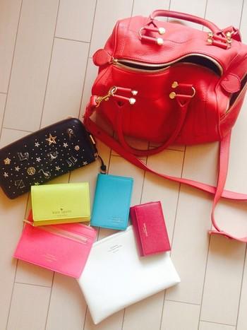こちらはレザー調のポーチを鮮やかに色分け。薄暗いバッグの中でも、必要なものがすぐわかりそう♪