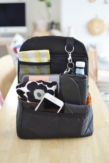 リュックインバッグは、言うなれば、縦型のバッグインバッグ。キーフックやペットボトルホルダーも付いています。