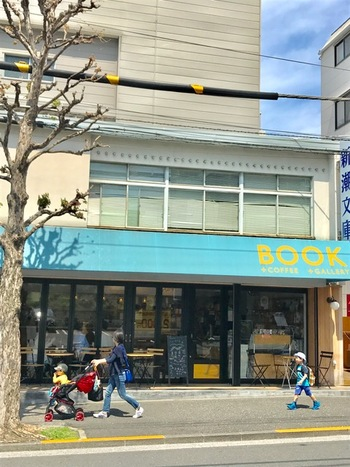 書籍校閲を専門とする鴎来堂が手掛ける書店「かもめブックス」は、ラカグの目の前です。 元々、長年神楽坂で親しまれていた町の本屋さん跡地でスタートした、「かもめブックス」は今や本好きに愛される人気の本屋さんです。 京都の自家焙煎専門店「WEEKENDERS COFFEE All Right」監修のコーヒーが飲めるカフェスペースと、ギャラリースペースを併設した独自のスタイルで、居心地いい空間となっています。