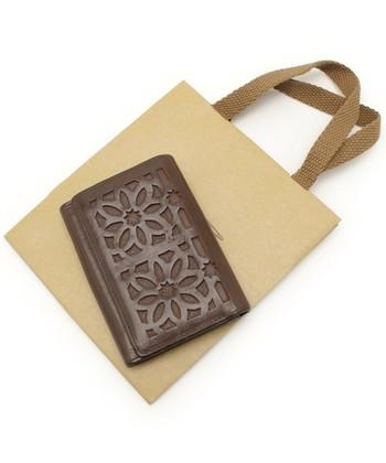 カットワークのお財布。使っていくうちに切り口が丸みを帯びて滑らかになってきます。自然な艶感もプラスされて、より優しい表情に見えますね。
