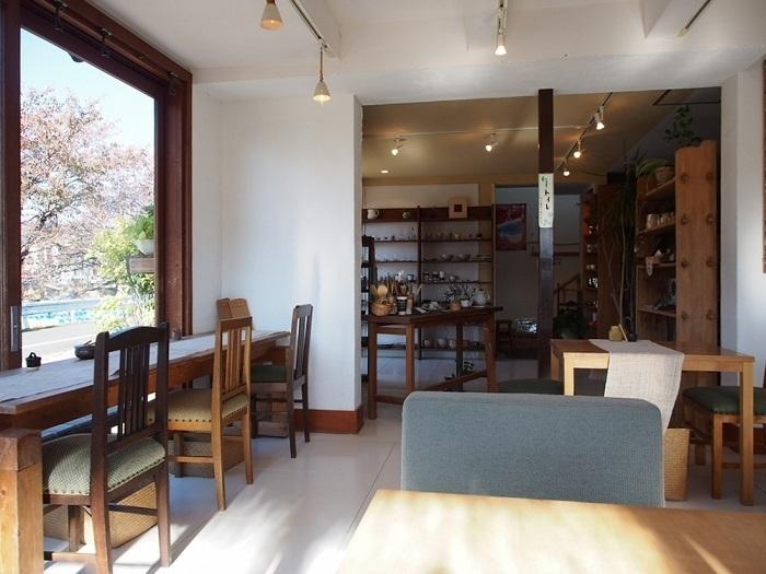 「賀茂窯」は、「大田神社」から10分ほど歩いた賀茂川沿いにある、陶芸工房に併設されたカフェ。賀茂川の景色が楽しめる店内は、白を基調して明るく、ゆったりと寛げる雰囲気。