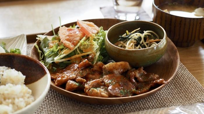 ランチなら、『週替わり定食』がお勧め。メイン料理に、サラダ、小鉢、自家製味噌のみそ汁、自家製ぬか漬け、京都産の玄米ブレンドのご飯が付いています。ボリューミーで、味わい深く、心もお腹も満足する絶品定食です。 【画像は、ある週の定食。メイン料理は、「ポークチャップ」。】