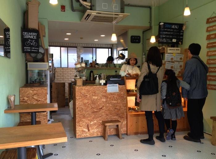 「Radio Bagel」は、大田神社から徒歩で10分ほどに位置する、北山で大人気のベーグル店。近隣の方はもちろん、遠路はるばる来店するリピーターも多く、閉店時間前に売切れてしまうことも多い程の有名店です。