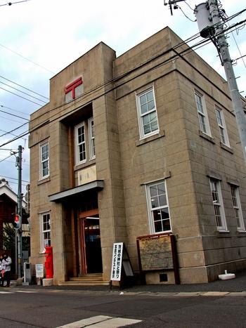 旧真壁郵便局  旧真壁郵便局は昭和2年、国立第五十銀行(現常陽銀行)真壁支店として建設されたもの。昭和31年から61年まで郵便局として使用され続けたそうです。現在は、郵便局時代の面影はそのままに町並み案内所として利用されています。
