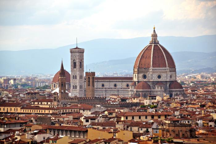 花の都、フィレンツェ。芸術の街、職人の街として、宝飾品、衣服、革製品の学校や工房が多く、世界一流の技術が切磋琢磨される場所です。この場所に2012年オープンさせた「genten Firenze」。「genten」の基本精神と共に日本の伝統や文化も伝え世界で勝負する。そんな心意気が感じられます。他に、フランス、パリにも直営店を展開。ヨーロッパの洗練美と熟練の職人、「genten」のブランド力がさらなる高みへと育っていきます。