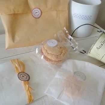 頑張って作った手作りグクッキー。包んで隠してしまうのは勿体無い! そんな時には適度な透け感がちょうどいいワックスペーパーで包装してみて。 ほっこり優しい印象になりますよ。