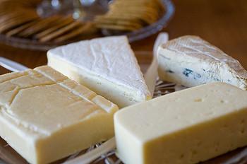 チーズとご飯は見た目では相性がわかりにくいかもしれませんね。でもリゾットに粉チーズをかける時のようにご飯ともマッチする食材です。おにぎりの隠し味にチーズを使ってみるのもおいしくなる方法の一つ。
