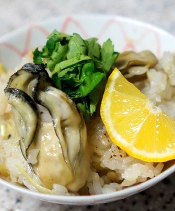 """寒くなるほど、その身がキュっと引きしまって""""ぷりぷり""""の食感が楽しめる「牡蠣ごはん」は、旨みエキスがじんわり口の中に広がって、温かい気持ちになれますね。  季節をいただく「土鍋ごはん」。日本に生まれて良かった。"""