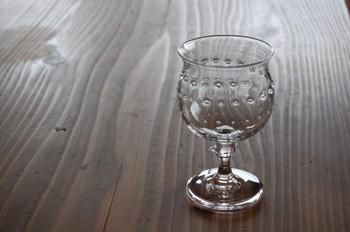 小林亮二さんは福山市で吹きガラス工房「コバルトグラスラボ」を主宰されているガラス作家さんです。特殊な気泡が入ったグラス製品はとても美しく遊び心の感じられるものばかり。家呑みに合うカジュアルなワイングラスも人気です。