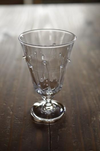 こちらは「雫のワイングラス」と言います。雨粒が雫のようにガラスをつたう様がとても美しく表現されていますよね。他には無いデザイン性のあるワイングラスで乾杯するのもいいですね。